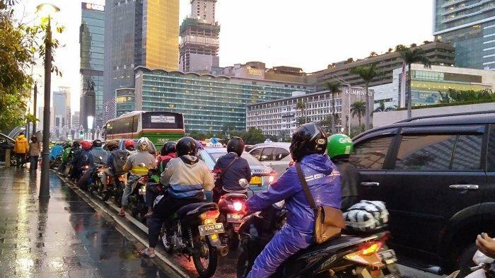 Pascahujan Diguyur Deras, Arus Lalu Lintas Jalan MH Thamrin, dari Arah Monaske Jalan Sudirman Padat