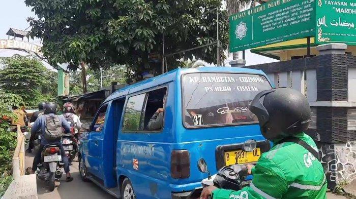 Kemacetan di Jalan Telaga IV perbatasan Jakarta Timur dengan Kota Depok imbas pengendara mencari jalan tikus meloloskan diri dari pos penyekatan PPKM Darurat, Selasa (6/7/2021).