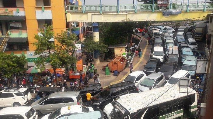 Tak Sanggup Bayar Kontrakan Imbas PSBB, Puluhan PMKS Tidur di Emperan Pasar Tanah Abang