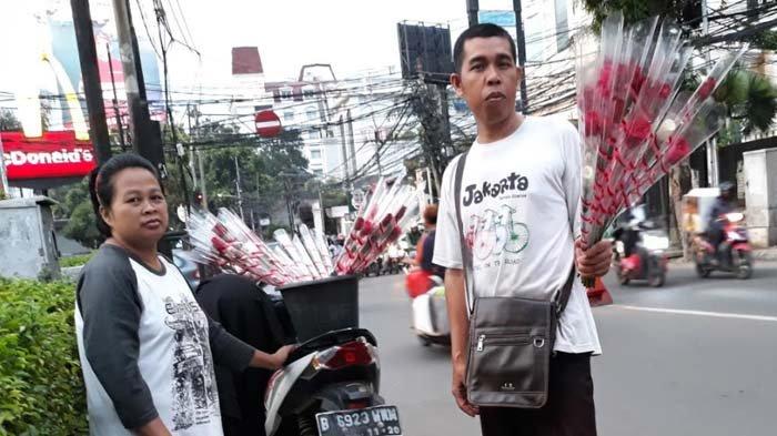Di Hari Valentine, Sepasang Suami Istri Berdadang Bunga Hingga Pukul 2 Pagi