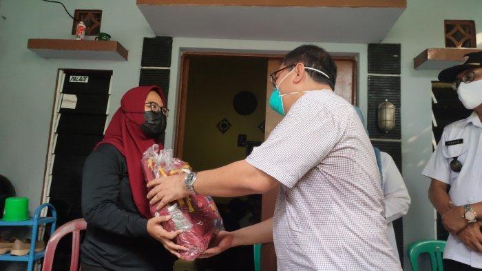Kementerian PPPA berikan bantuan alat tulis kepada perwakilan keluarga yang menjadi anak yatim dan yatim piatu setelah orangtua mereka meninggal akibat Covid-19, di Kelurahan Rawa Terate, Cakung, Jakarta Timur, Rabu (18/8/2021).