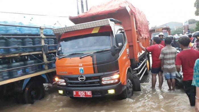 Sejumlah Truk Sampah Milik Pemprov DKI Nekat Terobos Banjir di Bekasi, Kondisi Lalin Makin Semrawut