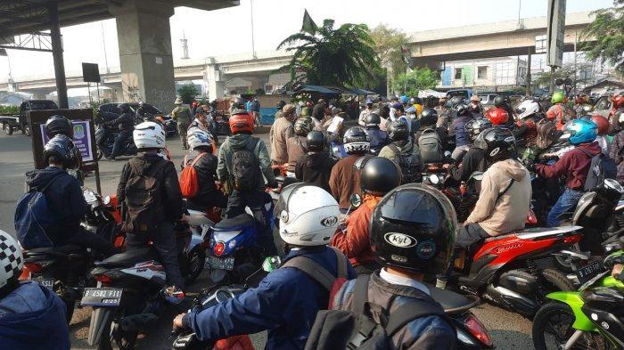 Hari Pertama Masuk Kerja di Masa PPKM Darurat, Kendaraan Menumpuk di Kalimalang Bekasi