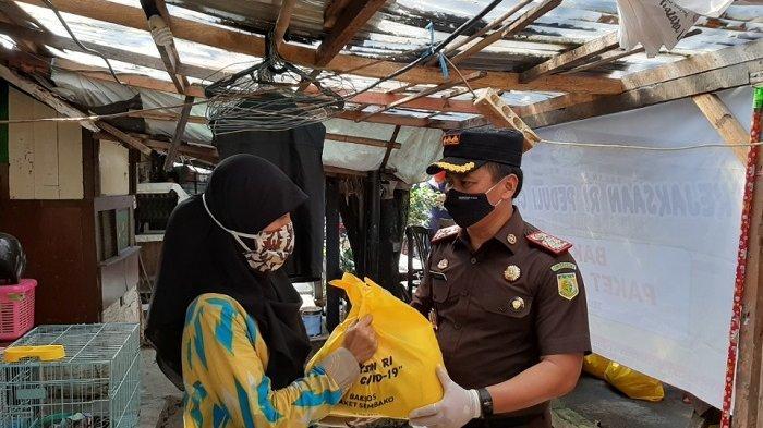 Kepala Kejari Jakarta Selatan Bagikan 500 Paket Sembako Untuk Warga Terdampak Covid-19