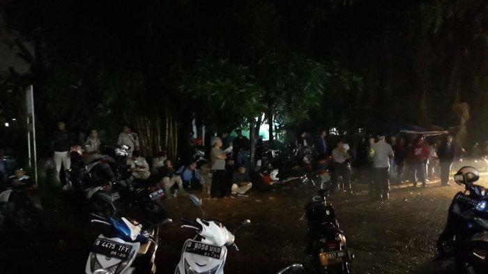 Massa PDIP dan Gerindra Kawal Suara di Kantor KPU Tangsel, Polisi Turunkan 100 Personel