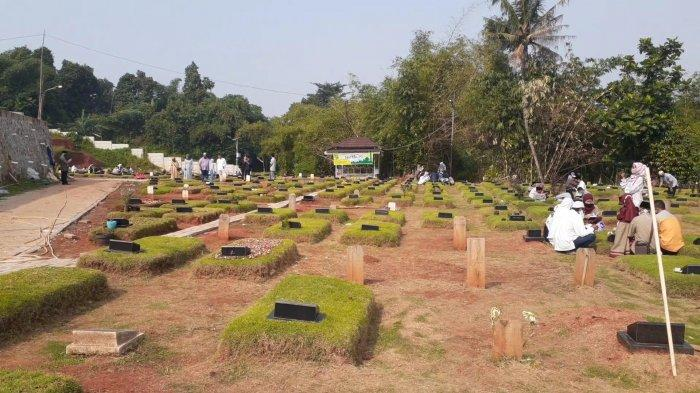 Peziarah Padati Makam Covid-19 Tangerang Selatan di Hari Pertama Idul Fitri 1442 H