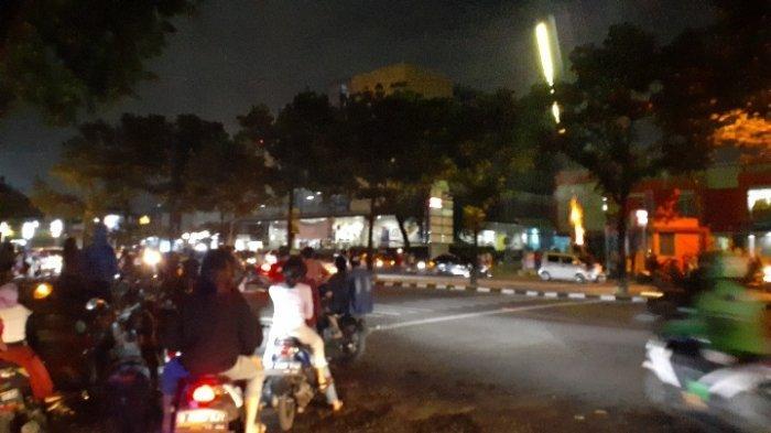Keramaian malam tahun baru di Jalan Jenderal Sudirman, Pondok Aren, depan Pasar Modern Bintaro, Tangsel, Jumat (1/1/2021).
