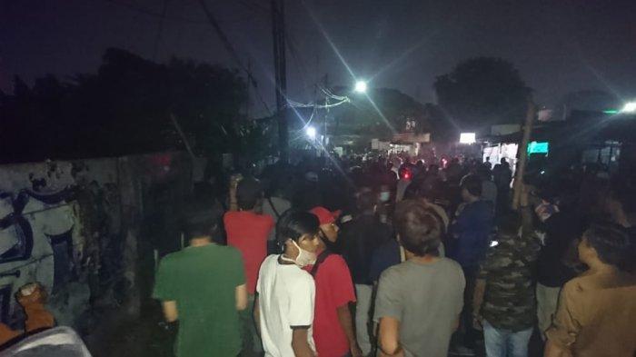 Keributan warga yang mengakibatkan korban luka-luka di kawasan Jalan Cipto Mangunkusumo RT 1/6 Kelurahan Parung Serab, Kecamatan Ciledug, Kota Tangerang, Selasa (29/9/2020) malam.