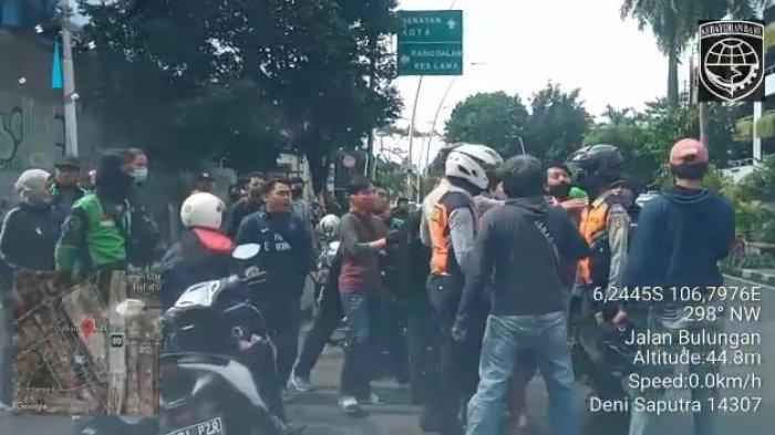 Kericuhan yang terjadi saat petugas Sudinhub Jakarta Selatan menggelar razia kerumunan di kawasan Bulungan, Kebayoran Baru, Rabu (2/12/2020).