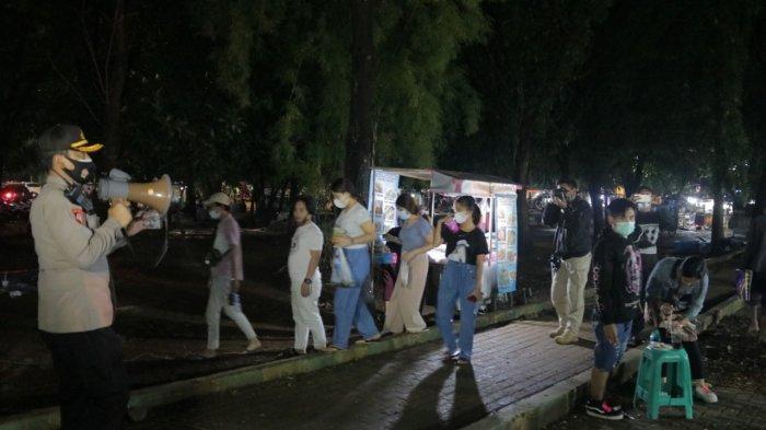 Personel gabungan dari Polres Metro Bekasi Kota, Kodim 0507/Kota Bekasi, Satpol PP Kota Bekasi menggelar operasi yustisi di alun-alun, Jalan Veteran, Bekasi Selatan, Sabtu (19/6/2021).