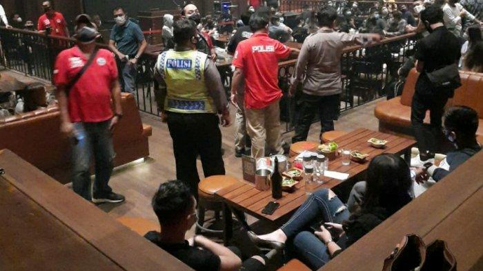 Disiplin Protokol Kesehatan, Polisi Bubarkan Kerumunan 5 Tempat Hiburan di Kemang Jakarta Selatan