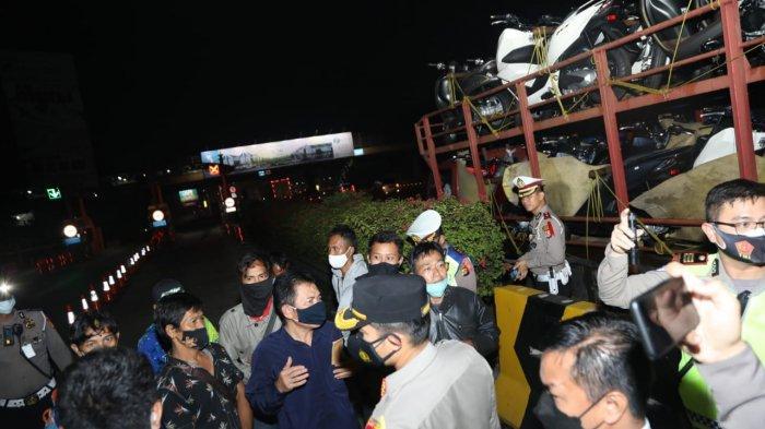 Polresta Tangerang menemukan 10 pemudik yang bersembunyi disela-sela motor yang diangkut truk di Pos Penyekatan Gerbang Tol (GT) Cikupa, Kabupaten Tangerang, Jumat (7/5/2021).