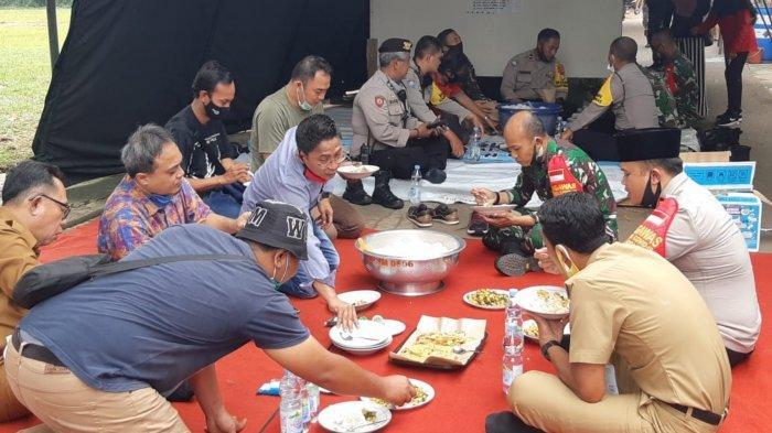 Distribusikan 58 Ribu Nasi Bungkus, Ketua DPRD Kota Tangerang Lesehan Bareng Warga di Dapur Umum