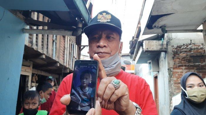Ketua RW 8, Tamsis saat menunjukan foto korban tenggelam di Jalan Tanah Rendah, Jatinegara, Jakarta Timur, Senin (5/10/2020).