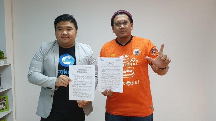 Ketua Umum the Jakmania, Diky Soemarno (kanan) bersama CEO Cakap, Tomy Yunus (kiri) berfoto bersama setelah resmi menjalin kerja sama.