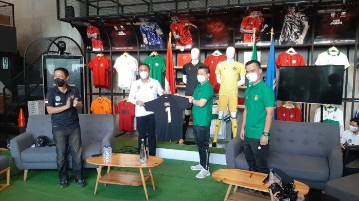 Ketum PSSI Iwan Bule Dapat Kejutan Spesial dari Mills, Dihadiahi Jersey Spesial Timnas Indonesia