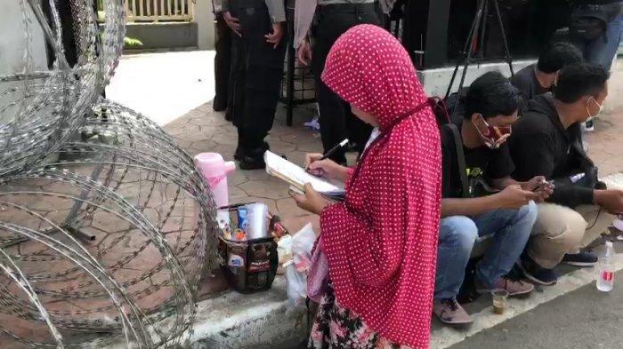 Keysha, penjual kopi keliling di depan Pengadilan Negeri Jakarta Timur kala sidang Rizieq Shihab berlangsung, Rabu (31/3/2021).
