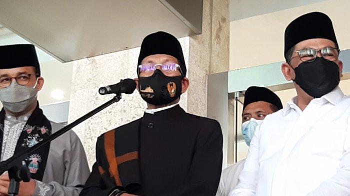 Imam Besar Masjid Istiqlal KH Nasaruddin Umar (tengah) memberikan keterangan bakda Jumatan di Masjid Istiqlal, Jakarta Pusat, Jumat (9/4/2021) siang.