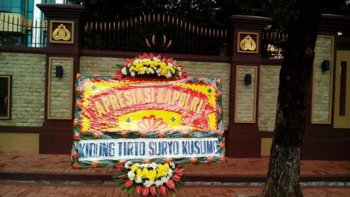 Karangan bunga apresiasi Kapolri dari Kidung Tirto Suryo Kusumo.