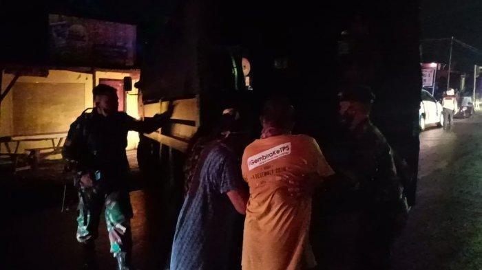 Petugas saat mengevakuasi warga yang berada di sekitaran PT Pertamina RU VI Balongan, Senin (29/3/2021) dini hari.