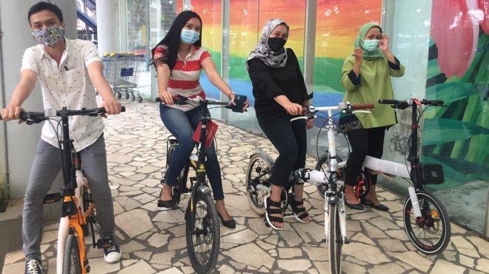Kini para pecinta sepeda bisa berkeliling di dalam Mall Balekota yang berlokasi di Jalan Jenderal Sudirman, Buaran, Kota Tangerang, Sabtu (17/4/2021).
