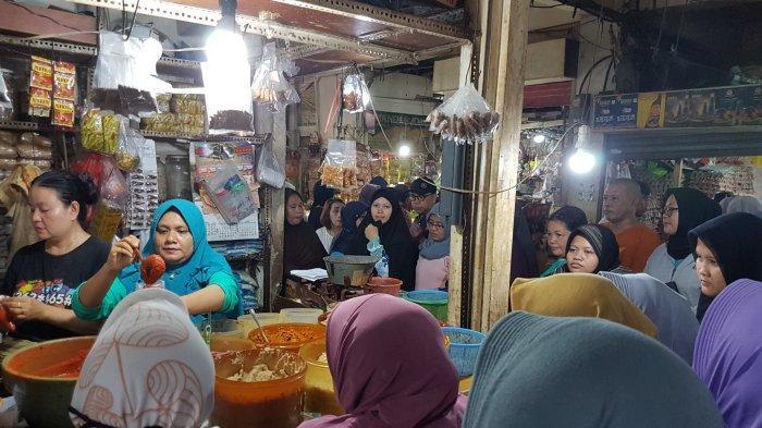 H-2 Lebaran, Warga Serbu Pedagang Bumbu Masak di Pasar Depok Jaya