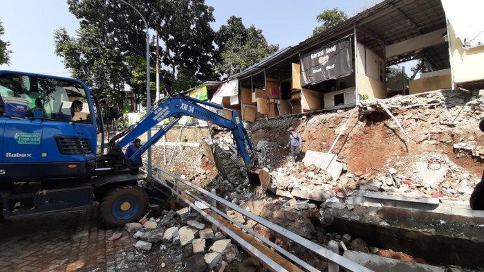 Sejumlah kios makanan ambruk terkena longsor di Jagakarsa, Jakarta Selatan, Rabu (16/9/2020).