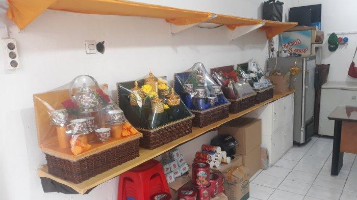 Suasana parcel di Kios Sarah Parcel jelang lebaran di Jalan Samali, Pejaten Barat, Pasar Minggu pada Selasa (11/5/2021).