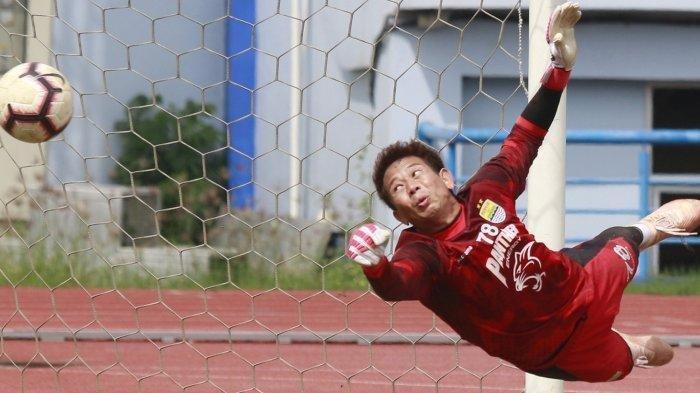 Kiper Persib Bandung I Made Wirawan saat berlatih kemarin