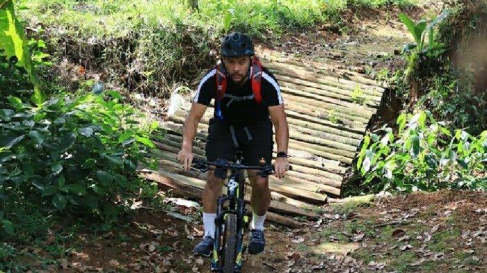 Kiper Persija Jakarta, Andritany Ardhiyasa ketika menjalankan hobby bersepeda.