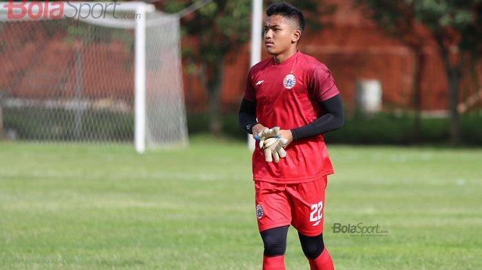 Kiper Persija Jakarta, Risky Sudirman, ketika menjalani latihan di Lapangan Sutasoma Halim, Jakarta Timur (9/3/2020).