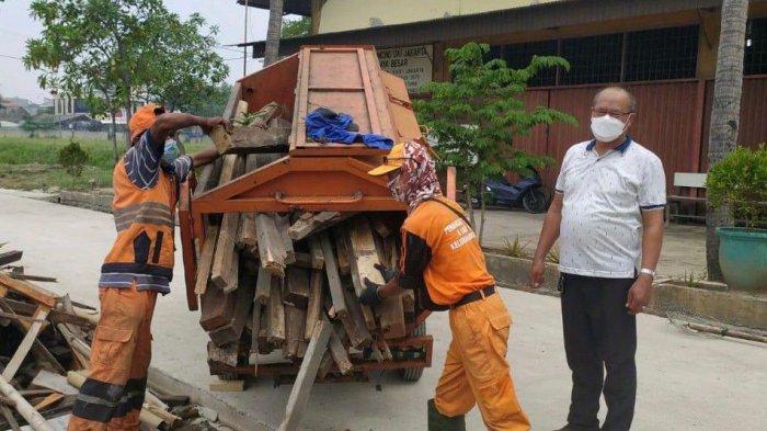 Sejumlah kayu bakar dikirimkan pihak Kelurahan Semper Timur ke Krematorium Yayasan Daya Besar Cilincing, Jakarta Utara, Kamis (15/7/2021), untuk membantu proses kremasi umat Hindu yang terpapar Covid-19.
