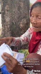 Kisah Sariyo, nenek penjual mangkuk yang ditipu pembelinya saat barang dagangan diganti amplop berisi potongan kertas koran.