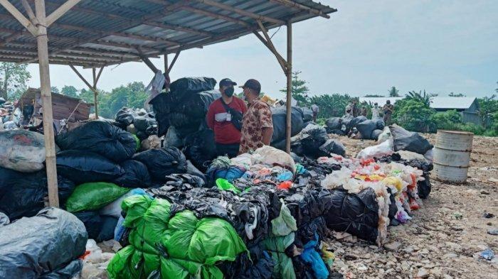 Kementerian Lingkungan Hidup dan Kehutanan (KLHK) tempat pembuangan sampah (TPS) liar di Kecamatan Neglasari, Kota Tangerang, Kamis (23/9/2021).