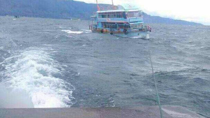 Tali Kemudi Putus, KM Roma Parsaulian yang Mengangkut Rombongan Pesta Nyaris Tenggelam di Danau Toba