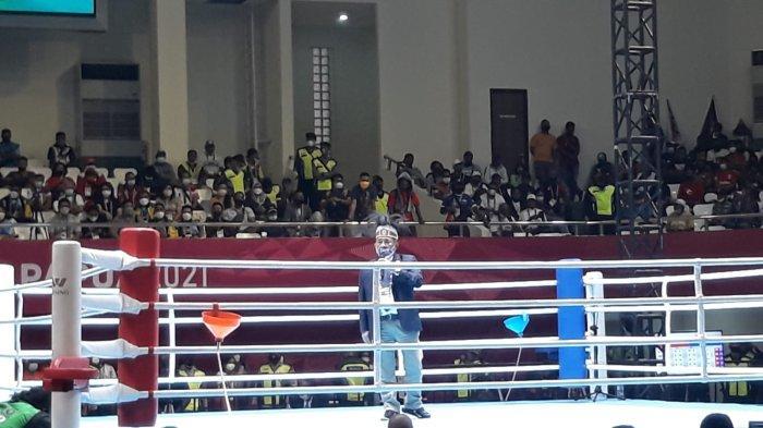 Ketum PP Pertina, Komaruddin Simanjuntak menenangkan penonton setelah adanya keributan di arena pertandingan tinju PON Papua di GOR Cenderawasih, Kota Jayapura, saat pertandingan mempertemukan tuan rumah Papua melawan Papua Barat, Selasa (5/10/2021).