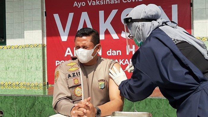 Ekspresi Kapolres Jakarta Selatan Kombes Azis Andriansyah Saat Disuntik Vaksin Covid-19