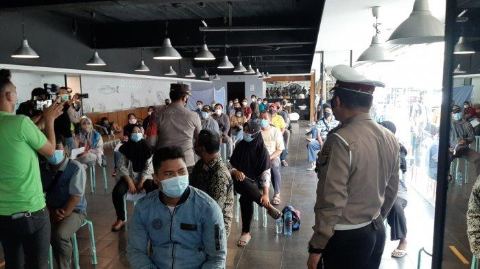 Dirlantas Polda Metro Jaya Kombes Pol Sambodo lakukan monitoring vaksinasi Covid-19 di Rawamangun Square, Pulogadung, Jakarta Timur, Sabtu (10/4/2021).