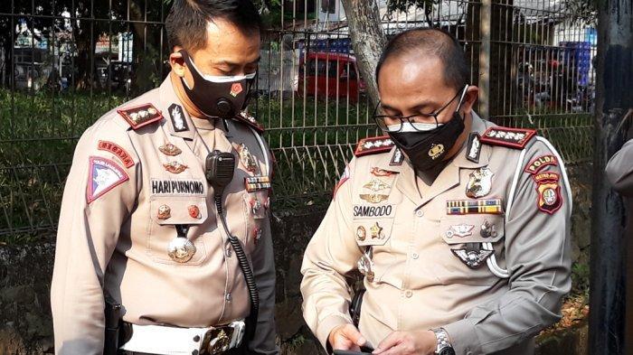 Dirlantas Polda Metro Jaya Kombes Sambodo Purnomo Yogo saat memegang bagian gril mobil yang ditemukan di lokasi tewasnya Briptu Andry Budi Wibowo, Jakarta Timur, Kamis (17/9/2020).