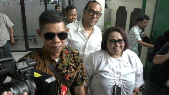 Jalani Sidang Perdana Kasus Narkoba, Nunung dan Suami Tebar Senyum