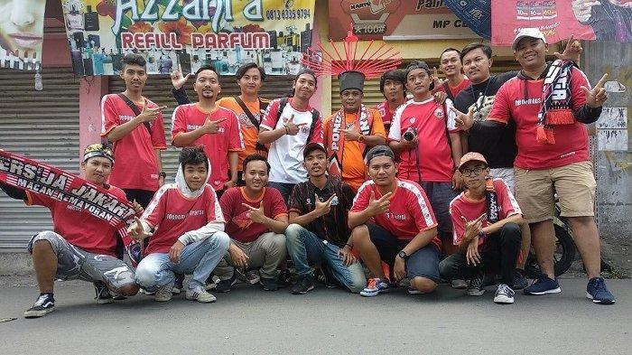 Komedian Sapri Pantun (tengah) berfoto bersama rekan-rekan The Jakmania Pondok Pinang sebelum laga Persija.