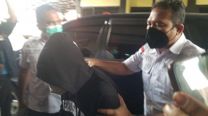 Komika Coki Pardede (tengah) diamankan Polres Metro Tangerang Kota karena terjerat kasus narkotika, Kamis (2/9/2021). TribunJakarta/Ega Alfreda