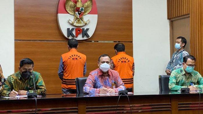 Komisi Pemberantasan Korupsi (KPK) mengumumkan dua tersangka dalam kasus dugaan korupsi terkait pengadaan barang dan jasa di Pemerintah Kabupaten Banjarnegara Tahun 2017-2018 serta penerimaan gratifikasi.