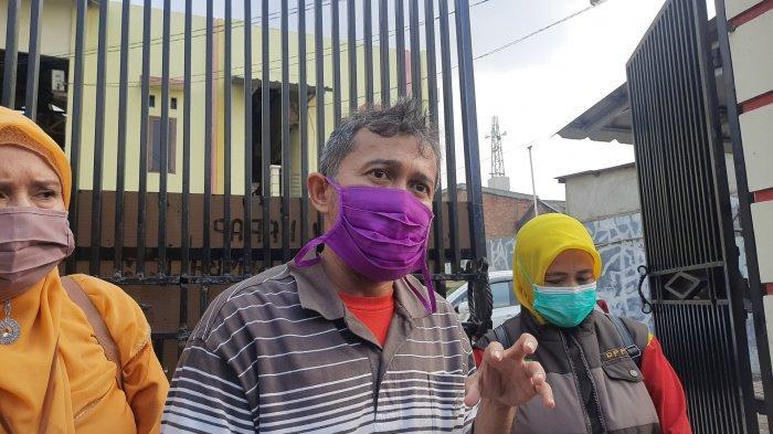 Komisioner KPAD Kota Bekasi Novrian saat melihat kos-kosan di Jalan Kinan, Rawalumbu, Kota Bekasi diduga tempat korban dijadikan PSK, Senin (19/4/2021). (TRIBUNJAKARTA.COM/YUSUF BACHTIAR)