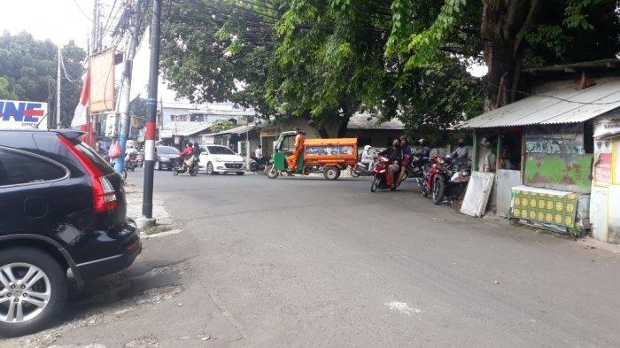 Jalan Lapangan Tembak depan Komplek Hankam lokasi penyerangan anggota geng motor di Ciracas, Jakarta Timur, Senin (27/9/2021).