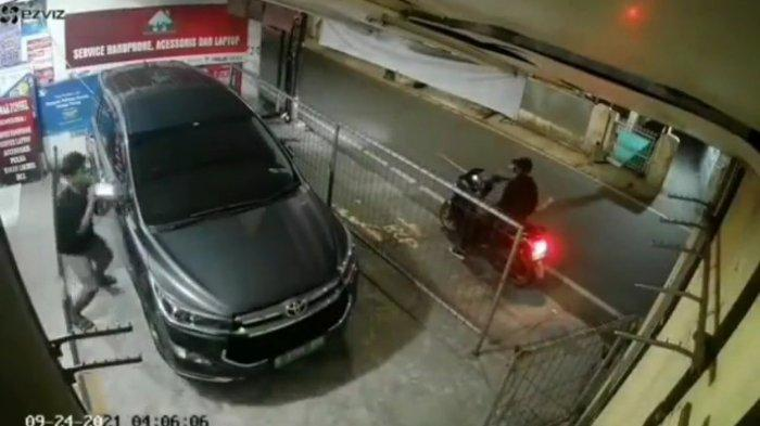 Video 19 Detik Rekam Aksi Maling Congkel Spion Innova di Tegal Parang, Tampang Pelaku Kini Viral