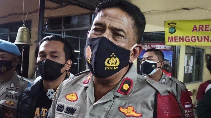 Kapolsek Cilincing Kompol Eko Setio BW saat memberikan keterangan di Mapolsek Cilincing, Jakarta Utara, Selasa (30/3/2021).