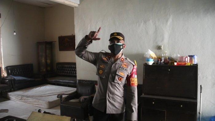 Kapolsek Matraman Kompol Tedjo Asmoro saat menunjukkan lokasi plafon tempat pelaku sabung ayam bersembunyi di Matraman, Jakarta Timur, Minggu (18/7/2021)