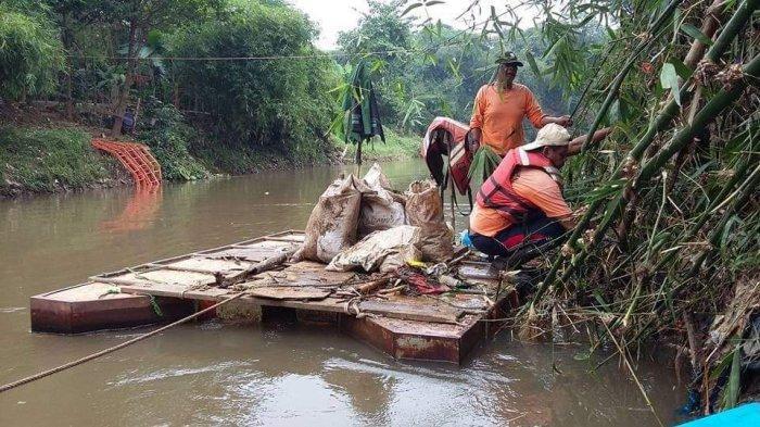 Melihat Sungai Ciliwung yang Membelah Pejaten Timur Saat Akhir Pekan