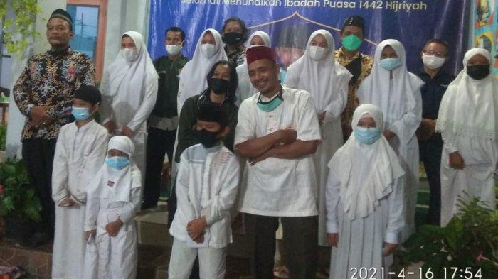Komunitas ojek online bernama ASOOI menyantuni sebanyak 50 anak yatim piatu pada Jumat (16/4/2021).